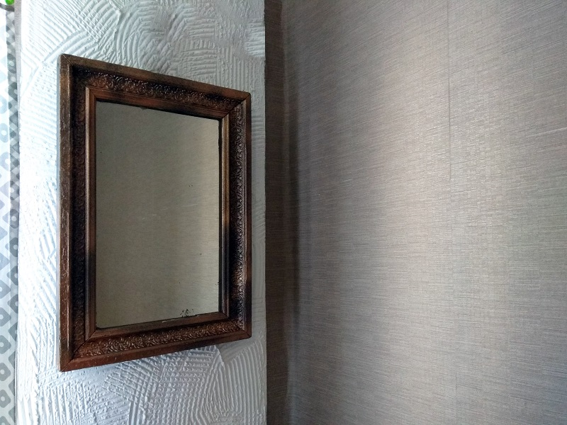 Старинное зеркало в деревянной раме
